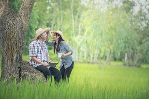 countryside-laughing-couple